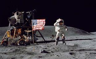 L'astronaute Charles Duke se tient près du drapeau américain sur la Lune, le 22 avril 1972.