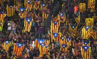 Des drapeaux catalans, ainsi qu'un drapeau basque (en bas à gauche) dans les tribunes, pendant la finale de la Coupe du Roi entre le FC Barcelone et l'Athletic Bilbao, le 30 mai 2015 à Barcelone