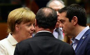La chancelière allemande Angela Merkel, le président français Francois Hollande et le Premier ministre grec Alexis discutent le 12 juillet 2015 au sommet des chefs d'Etat et de gouvernement de la zone euro, à Bruxelles