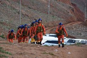 Des sauveteurs envoyés sur les lieux du drame, après la mort de 21 participants à une course d'ultrafond à Baiyin, dans la province chinoise du Gansu dans le nord-ouest du pays.