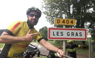 Petit clin d'œil marrant à l'entrée de cette petite commune du Doubs pour Maxime Keller et son accompagnateur des premiers jours à vélo sur les contours de France.