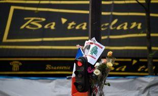Des fleurs déposées devant le Bataclan à Paris le 18 novembre 2015