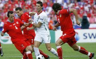 Cristiano Ronaldo (en blanc) à la lutte avec les Tchèques Tomas Galasek, Libor Sionko et Zdenek Grygera durant le match de poule de l'Euro le 11 juin 2008.