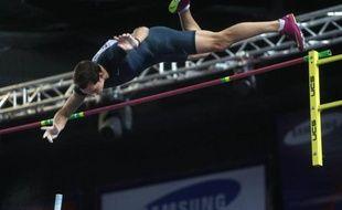 La presse nationale et régionale de dimanche rivalise de jeux de mots pour célébrer l'exploit de Renaud Lavillenie qui a battu hier avec un saut à 6,16 m le record du monde de saut à la perche en salle, vieux de vingt et un ans.