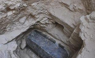 Le sarcophage noir, découvert à 5 m de profondeur à Alexandrie (Égypte) en 2018.