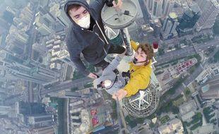 Ce collectif russe s'est pris en photo au sommet de l'un plus grands gratte-ciel du monde.