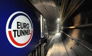 Tunnel sous la Manche: trafic suspendu dans les deux sens, pneus en feu sur les voies