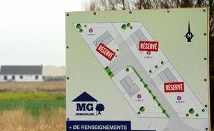 Un panneau signalant la construction de logements