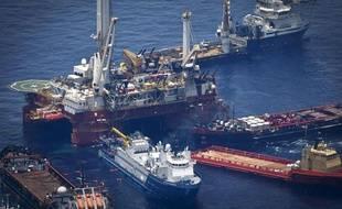 Des navires d'appui autour de la plateforme Deepwater, où la dernière tentative de colmater la fuite de pétrole a échoué le 29 mai 2010. La marée noire s'étend sur les côtes de Louisiane.