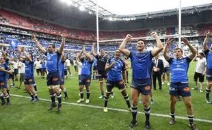 La joie des joueurs du Castres Olympique après leur victoire contre le Racing 92 en demi-finale du Top 14, le 26 mai 2018 à Decines, dans la banlieue lyonnaise.