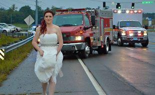 Sara Clay dans sa robe de mariée, s'est précipitée pour secourir plusieurs membres de sa famille, blessés dans un accident de la route.