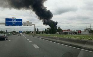 L'impressionnant panache de fumée est visible depuis l'autoroute.