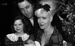 En 1989, Bob Geldof, Paula Yates, et leurs filles, l'ainée, Fifi Trixiebelle et la nouveau-née, Peaches.