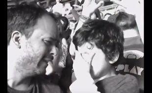 Un petit garçon autiste ému aux larmes lors d'un concert de Coldplay, le 16 avril 2016 au Mexique.