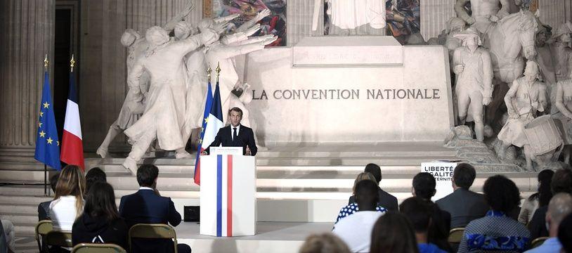 Emmanuel Macron devant un gros bloc (de marbre) au Panthéon, ce vendredi.