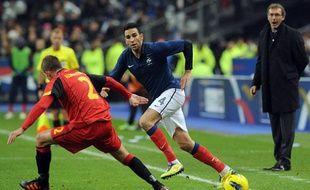 Le sélectionneur de l'équipe de France, laurent Blanc, observe Adil Rami lors d'un match amical contre la Belgique, le 15 novembre 2011, au Stade de France.