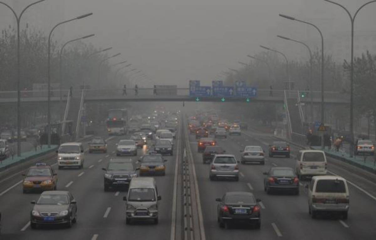 "Cars travel on the second ring road as pollution reaches what the US Embassy monitoring station says are ""Hazardous"" levels in Beijing on December 5, 2011. Officially, Beijing's air quality is improving but in recent weeks patients with respiratory problems have flooded hospitals, highways have closed and hundreds of flights have been grounded by thick smog. Concerns are being fuelled in part by data gathered by the US embassy in Beijing, which produces its own pollution readings using a different gauge to Chinese authorities and broadcasts them online and on Twitter. AFP PHOTO/Mark RALSTON – Mark Ralston afp.com"
