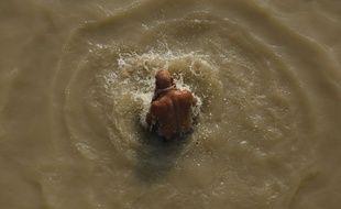 Un homme dans le Gange, en Inde.