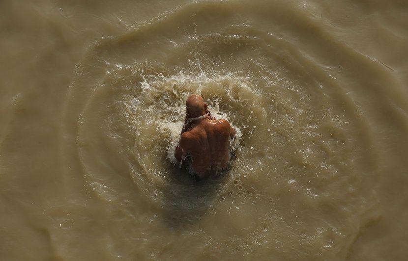 Inde: Immergé enchaîné dans le Gange, un magicien porté disparu après avoir raté son évasion