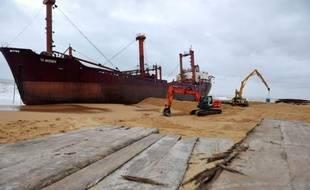 Le premier coup de tenaille sur le chantier de déconstruction du cargo TK Bremen, échoué depuis le 16 décembre sur la plage d'Erdeven (Morbihan), devrait être porté jeudi soir ou vendredi matin, a-t-on appris mercredi auprès des autorités sur place.