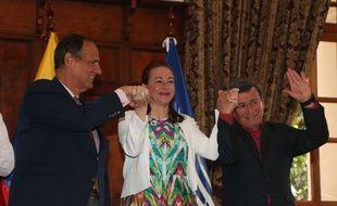 Juan Camilo Restrepo (à gauche), le chef de la délégation gouvernementale colombienne, Maria Fernanda Espinosa,la ministre des Affaires étrangères équatoriennes, et Pablo Beltran, le négociateur de l'ELN, prennent la pose après l'annonce du cessez-le-feu, lundi 4 septembre à Quito (Equateur).