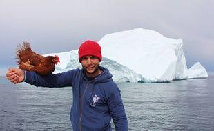 Guirec et sa poule Monique posent devant les premiers icebergs.