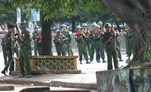 Les premiers incidents ont été signalés vers 12H00 locales (05H30 GMT), lorsque les forces de sécurité ont chargé quelque 700 personnes, principalement des étudiants mais aussi des bonzes, qui commençaient à se rassembler non loin de la pagode Shwedagon. Les manifestants ont été frappés indistinctement à coups de matraque.