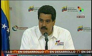 Peu avant la mi-journée, les autorités avaient convoqué une réunion des plus hauts dirigeants politiques et militaires vénézuéliens au palais présidentiel de Miraflores à Caracas. Etaient notamment présents M. Maduro, plusieurs hauts gradés et les 20 gouverneurs d'Etats membres du Parti socialiste au pouvoir.