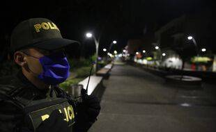 Un policier dans les rues de Cali en Colombie, le 21 mars 2020.