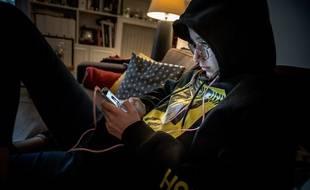 Les adolescents et les enfants sont statistiquement plus exposés au risque d'être témoins ou auteurs de cyberharcèlement.