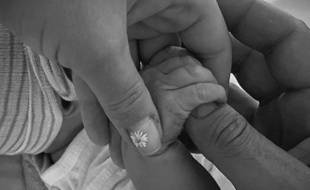 Les mains de la chanteuse Katy Perry, de l'acteur Orlando Bloom et de leur fille Daisy Dove