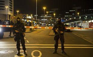 Des policiers à l'aéroport Schipol d'Amsterdam, déployés après une alerte, le 12 avril 2016.