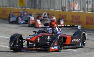 Le pilote français Stephane Sarrazin au volant de sa formula E lors du Grand prix de Long Beach en Californie.