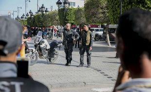 Des officiers de police sur l'avenue Bourguiba en Tunisie, le 29 octobre 2018.