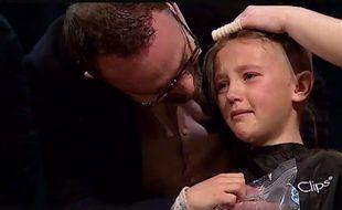 Sofia Smith (9 ans) s'est rasée le crâne le 22 avril 2015 à l'école afin de lever des fonds pour soutenir son frère Rand, atteint d'un cancer.