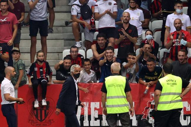 President Rivère went several times to discuss with his supporters so that the match against OM could resume.