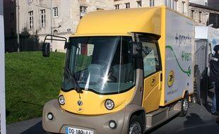 Le véhicule électrique Mooville utilisé par La Poste à Bordeaux