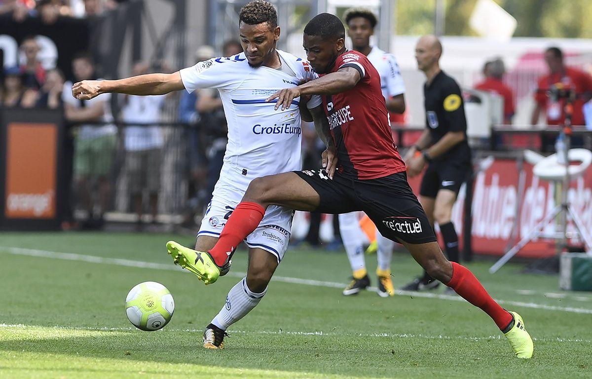 ici face au Guingampais Marcus Coco, le défenseur Kenny Lala fait partie des dix recrues du promu alsacien (en Ligue 1) du Racing club de Strasbourg en cet été 2017. – Fred Tanneau / AFP.