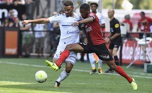 ici face au Guingampais Marcus Coco, le défenseur Kenny Lala fait partie des dix recrues du promu alsacien (en Ligue 1) du Racing club de Strasbourg en cet été 2017.