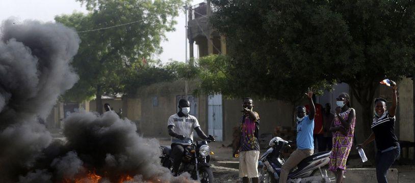 Des opposants au nouveau pouvoir en place au Tchad, à N'Djamena le 27 avril 2021.