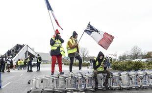 Des «gilets jaunes» bloquent un centre commercial près de Nantes, le 9 mars 2019.