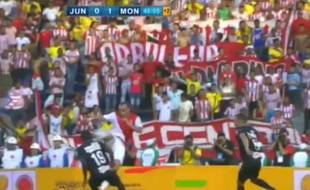 L'attaquant monégasque Dimitar Berbatov inscrit une reprise de volée, contre l'Atletico Junio, le 20 juillet 2014 à Barranquilla