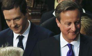 Le chancelier de l'Echiquier George Osborne et le Premier ministre britannique David Cameron le 27 mai 2015 à la Chambre des Lords à Londres