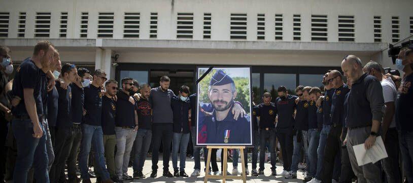 A Avignon le 9 mai 2021, des policiers rendent hommage à Eric Masson tué lors d'une intervention.