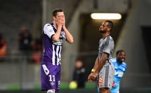 L'attaquant du TFC Aleksandar Pesic semble dépité lors de la défaite à domicile de Toulouse face à l'Olympique de Marseille (1-6), le 6 mars 2015 en Ligue 1.