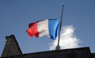Le drapeau français sur le palais de l'Elysée le 11 janvier 2015