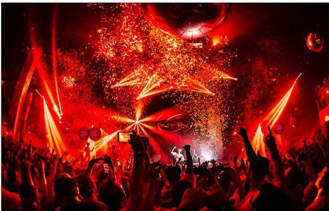 Une pluie de confettis s'abat sur les danseurs du Pacha Ibiza le 28 août 2018.