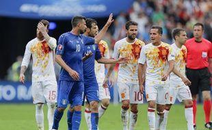Thiago Motta s'embrouille avec ses adversaires lors du 8e de finale de l'Euro Italie-Espagne, le 27 juin 2016 au Stade de France.