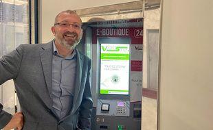 Christophe Semel, fondateur de Bleutec System devant un distributeur automatique Vapeself 2