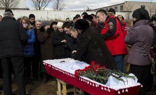La mère du mineur Dmitri Alexandrov, tué lors du coup de grisou dans la mine de Zassiadko, pleure sur le cercueil de son fils le 6 mars 2015 dans un cimetière de Donetsk, dans l'est de l'Ukraine